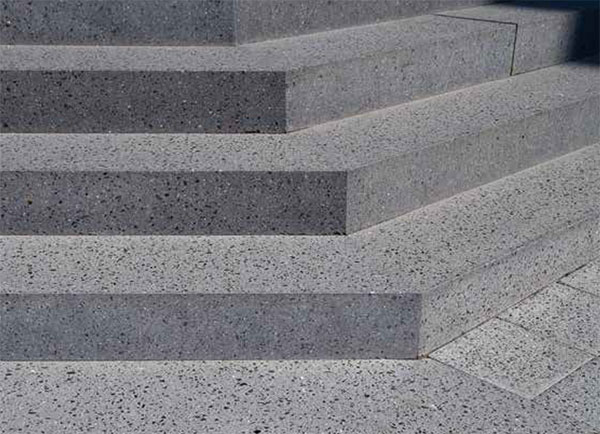 rohový plný schod