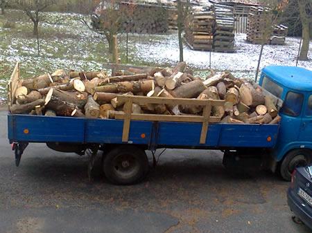 Avie s volně loženým palivovým dřevem