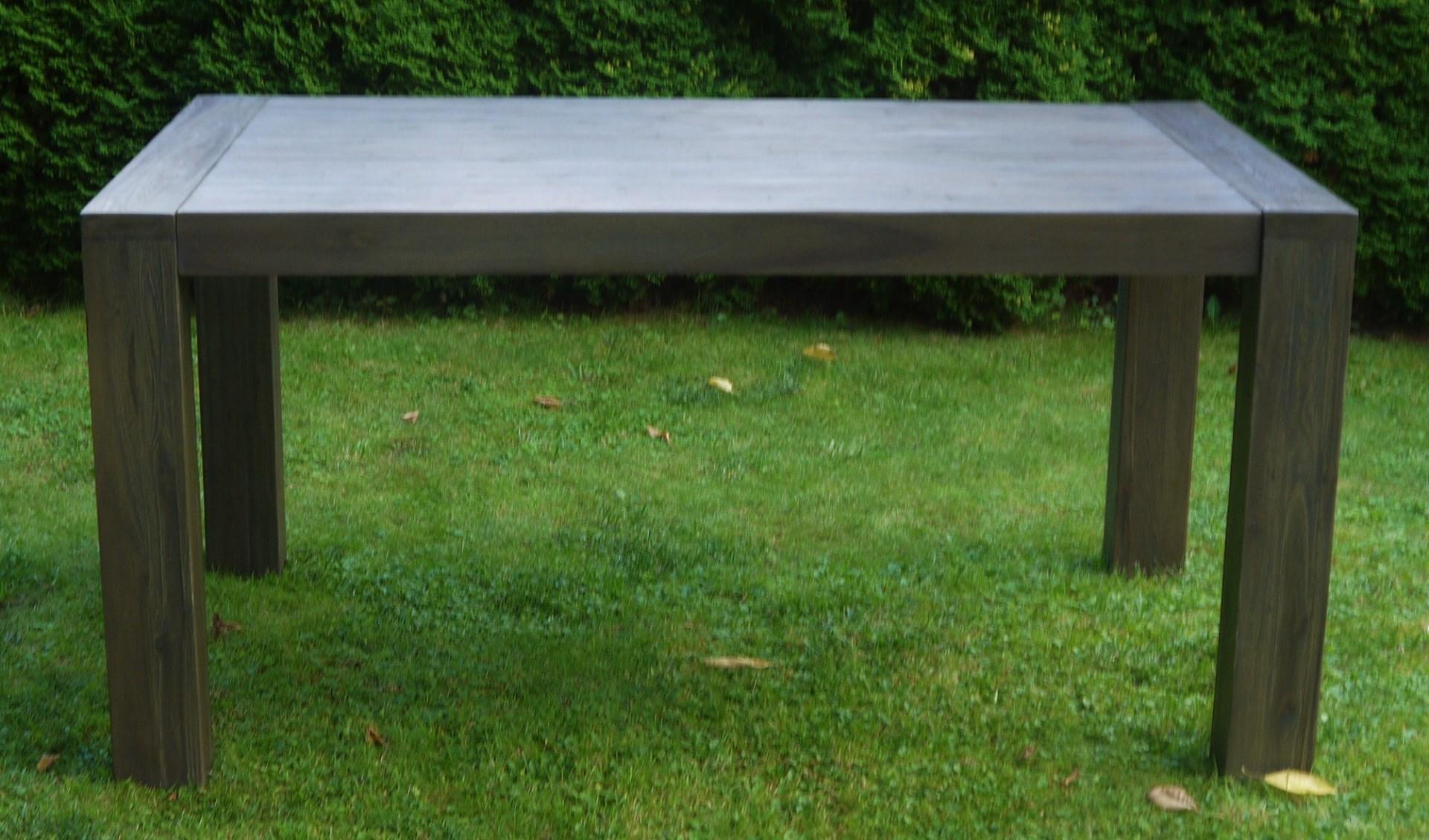 Masivní jídelní stůl 160x100x77 cm v tmavém odstínu