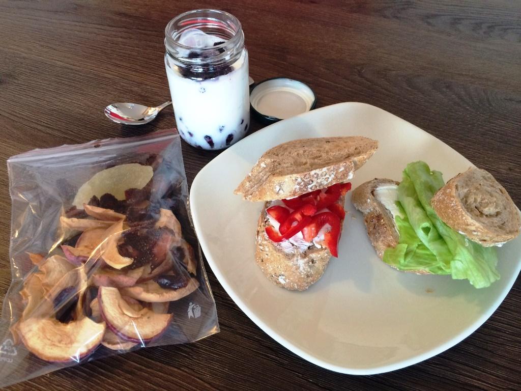 Pečivo s ricottou a zeleninou, borůvky ve šlehaném tvarohu, sušené ovoce