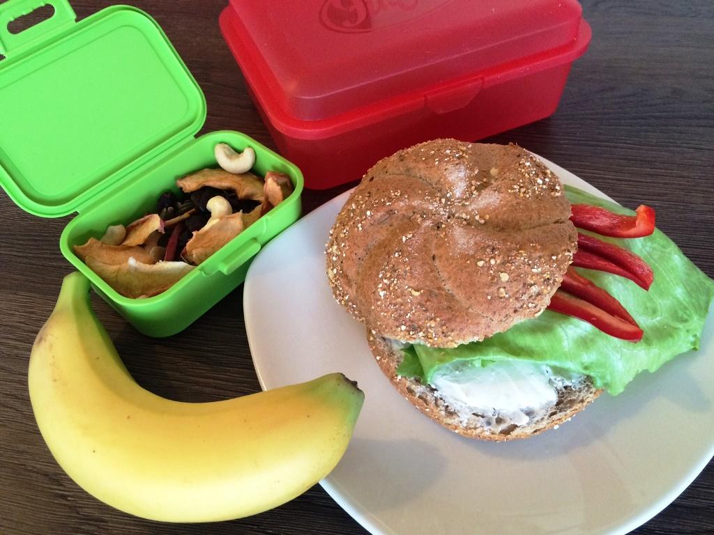 Bulka s lučinou, ledovým salátem a kapií, banán, sušené ovoce s oříšky