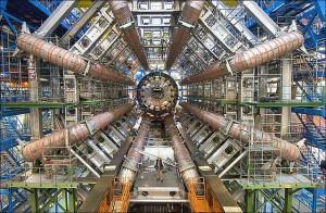 Experiment provedený skupinou australských vědců prokázal, že to, co se stane s částicemi v minulosti, je závislé na tom, zda jsou budou pozorovány v budoucnosti. Do té doby jsou jen abstrakcí – neexistují. Kvantová fyzika je divný svět. Zaměřuje se na zkoumání subatomárních částic, které se jeví vědcům, jako základní stavební kameny reality. Veškerá hmota, včetně nás samotných, se z nich skládá. Zákony, kterými se řídí tento mikroskopický svět, jsou dle názorů vědců odlišné od těch, které jsme se naučili akceptovat pro nám běžnou makroskopickou realitu.