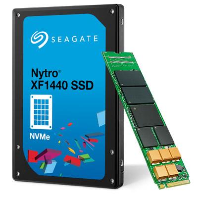 K výkonU udává Seagate až 250 000 IOPS v náhodném čtení a rychlost sekvenčního přístupu až 2500 MB/s při čtení. Sekvenční zápis běží jako obvykle pomaleji, na 900 MB/s. Výkon náhodného zápisu závisí na tom, zda máte model s vyšší kapacitou, nebo životností. Pro disky zaměřené na kapacitu uvádí Seagate 15 000 IOPS, pro ty zaměřené na zápis 40 000 IOPS. Rozdílná je také výdrž – disky mají v obou případech pětiletou záruku, ale během ní garantují disky plnou kapacitou jen 0,3 plného přepisu denně, zatímco zmenšené disky zaměřené na výdrž rovnou tři plné zápisy.