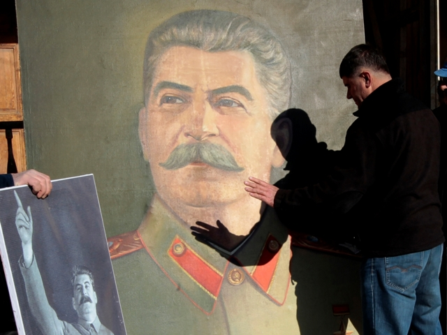 """Známý současný ruský spisovatel Jurij Muchin ve své vynikající knize """" Vražda Stalina a Beriji """" (k jejímu obsahu v ruském jazyce je možné se dostat TU ) brilantním způsobem dokázal, že krátce před svou smrtí Stalin uskutečnil další pokus odstavit od moci partokraciu a zabránit tak možnosti , aby tato stranická verchuška dále řídila stát."""