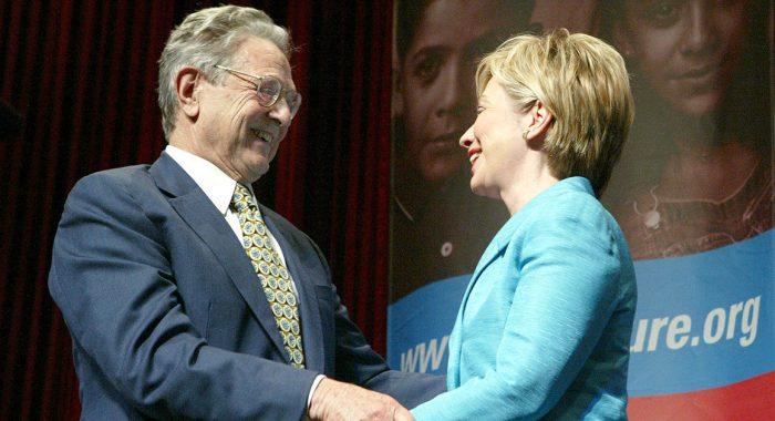 Hillary Clinton a George Soros na jejím dobročinném fundraiseru. Zdá se z fotografie, že Hillary je globalistka. Ale to není tak jednoznačné, viz. další foto níže. Pozn. VK.