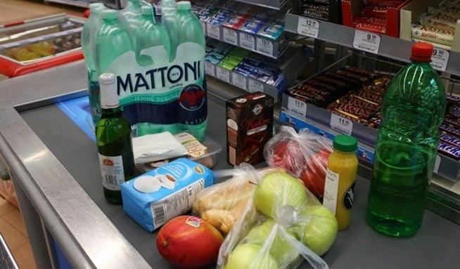 Evropská komise se nebude zabývat rozdílnou kvalitou potravin v členských zemích Evropské unie. Tenhle problém si podle ní musí každá země vyřešit sama. Přitom Česko a další země Visegradské čtyřky chtěly, aby komise takové praktiky zakázala.
