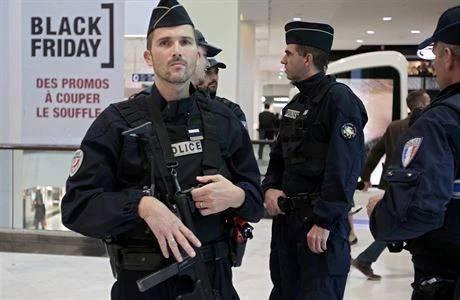 Během oslav státního svátku pádu Bastily najel kamion do slavícího davu na promenádě jihofrancouzského města Nice. O život přišlo osmdesát čtyři lidí, sto osob je zraněno, z toho osmnáct zůstává v kritickém stavu. Řidič vozu – pravděpodobně Francouz tuniského původu – zemřel při přestřelce s policií. Útokem se zabývá protiteroristická prokuratura.