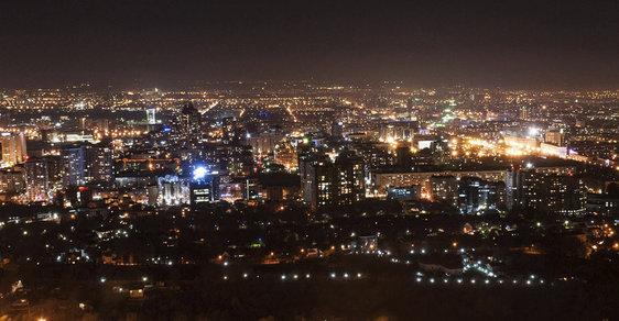 Almaty v noci • foto: Wikipedia Šest mrtvých a 14 zraněných si vyžádala přestřelka, která dnes vypukla v centru největšího kazašského města Almaty. Čtyři z mrtvých jsou podle agentury Reuters policisté. Anonymní policejní zdroj kazašským novinářům řekl, že incident vyvolali islámští radikálové. Dva byli údajně zadrženi, celkový počet pachatelů útoku ale není jasný. Jeden z útočníků je prý mrtvý.
