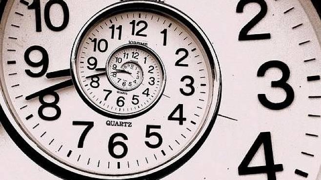 Čas – existuje snad záhadnější a podivnější fenomén našeho vesmíru? Přestože se s ním každý z nás setkává každý den a fyzici ho usilovně zkoumají už sto let, vlastně jeho podstatu pořád nechápeme.