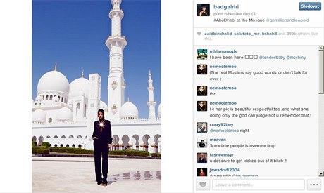 """DUBAJ Správa mešity v Abú Dhabí vyzvala zpěvačku Rihannu, aby přerušila fotografování před mešitou a odešla. Zpěvačka přesto stačila před bělostnými oblouky stavby nafotit několik snímků, které umístila na síť Instagram. Je na nich celá v černém a její postava v nejrůznějších pozicích kontrastuje s bělostnou stavbou i dlažbou. Vedení mešity šajcha Zajda svůj postup vysvětlilo v prohlášení, v němž se hovořilo o pořizování nepatřičných fotografií. Fotografie nejsou v souladu s """"podmínkami stanovenými pro návštěvníky,"""" uvádí se v prohlášení, z něhož citoval zpravodajský server BBC."""
