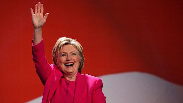 Demokratická kandidátka na úřad prezidentky Spojených států Hillary Clintonová vede nad svým republikánským rivalem Donaldem Trumpem o šest procentních bodů. Vyplývá to z nejnovějšího průzkumu Reuters/Ipsos.