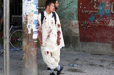 Afghánistán je dlouhodobě terčem teroristických útoků. Při sebevražedném atentátu v Kábulu zemřelo letos 30. června nejméně 27 lidí, dalších asi 40 utrpělo zranění.