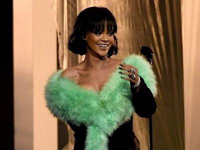 Rihanna je ctěna i mezi svými hudebními kolegy. Podle britského zpěváka Chrise Martina ze skupiny Coldplay je dokonce Frankem Sinatrou dnešní doby.