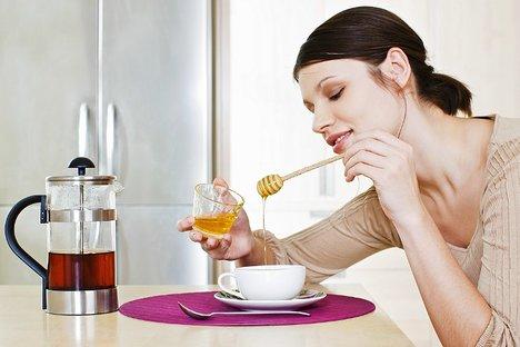 Bílý cukr neobsahuje kromě cukrů navíc nic, co by bylo tělu přínosné. Naproti tomu například med obsahuje i řadu enzymů, vitaminů a minerálních látek