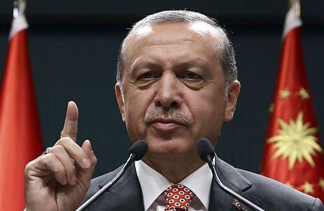 """ANKARA Turecký prezident Recep Tayyip Erdogan v pátek odmítl kritiku Západu na svůj nekompromisní postup proti vzbouřencům, kteří se jej pokusili v polovině července svrhnout. Prohlásil, že západní země, které by měly oceňovat Turecko za to, jak se s pokusem o převrat vypořádalo, místo toho stojí """"na straně vzbouřenců"""". Podle agentury Reuters dodal, že prokáže-li se, že puč podporovalo víc lidí, pak počty zatčených ještě vzrostou. Od nezdařeného puče v Turecku bylo podle ministra vnitra zadrženo přes 18.000 lidí a z nich 9677 čeká na soud. Pasy byly odebrány 50.000 lidí."""