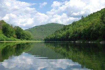 kdyby byla Země zahnutá, takhle perfektní vodrovný zrcadlení krajiny na vodě by nebylo možný