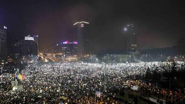 Korupce v Rumunsku: vláda omilostní odsouzené politiky, mezi nimi i šéfa vládní strany
