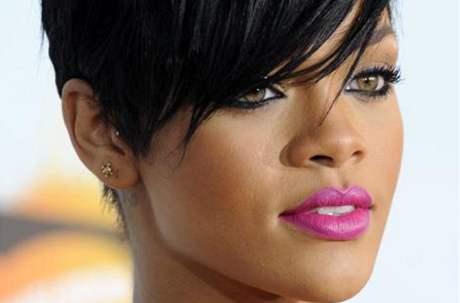 Rihanna pózovala fotografům před mešitou v Abú Dhabí. Vyhnali ji