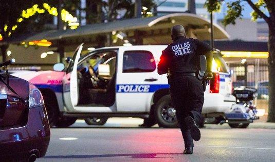 AKTUALIZOVÁNO Při střelbě ve městě Baton Rouge na jihovýchodě USA dnes zahynuli tři policisté a nejméně tři další utrpěli zranění. Podle mluvčího místního šerifa je mrtvý také jeden podezřelý a dva další jsou zřejmě na útěku. Policie za pomoci robota prohledává místo činu, aby našla případné výbušniny. Motiv vražedné akce není zatím znám, napsal server CNN.