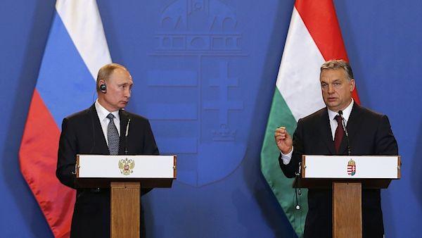 """Maďarský premiér Viktor Orbán opětovně kritizoval protiruské sankce. """"Protiruské nálady na západě působily negativně i na maďarské hospodářství, v důsledku sankcí nám vznikly škody ve výši několika miliard,"""" řekl Orbán na čtvrteční společné tiskové konferenci s prezidentem Ruské federace Vladimirem Putinem v Budapešti."""