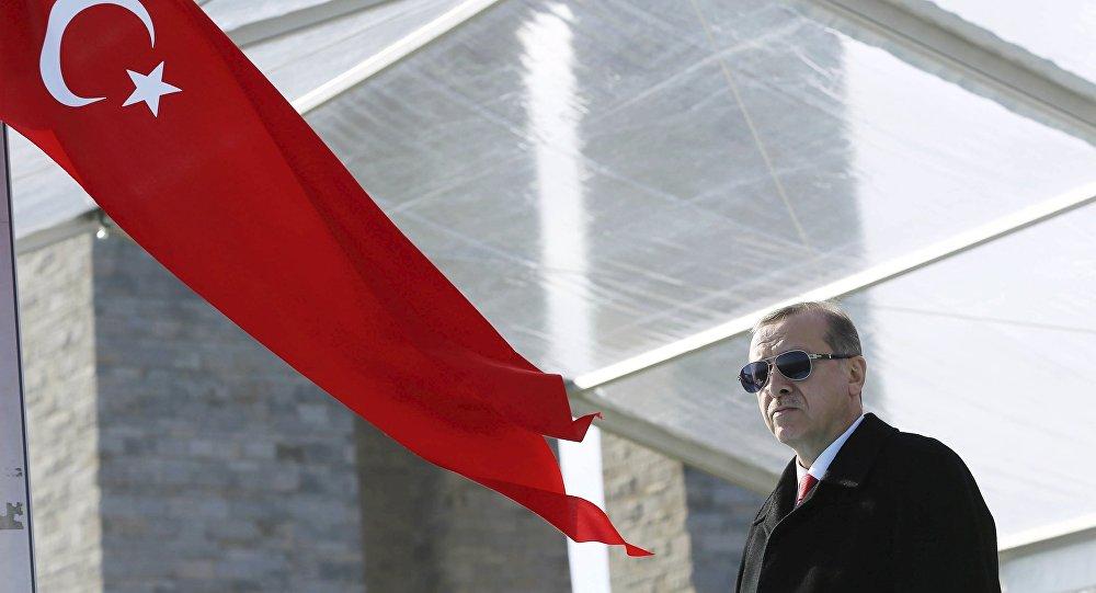"""""""Armádní puč byl potlačen,"""" hlásí z Turecka prezident Recep Tayyip Erdogan ve svém vystoupení prřed občany."""