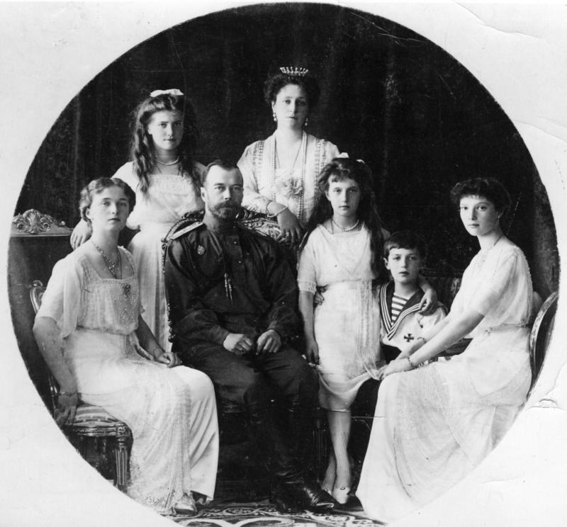 Noc se v jediném okamžiku proměnila v ráno, když se ručičky hodin rozběhly v prvních vteřinách data 17. čevence 1918. Někteří v Jekatěrinburgu se veselili po hospodách, protože bylo právě po výplatním dni, jiní už dávno spořádaně leželi ve svých postelích a dřímali. Stejně tak i Nikolaj Alexandrovič, nevysoký, padesátiletý muž, který kdysi vládl šestině světa, a nyní byl jen vězněm a loutkou, která ztrácela cenu, v pevném sevření bolševické moci a víru naprostého chaosu, který pustošil Rusko. Spal a vedle něj ležela jeho žena, v postýlce nedaleko oddychoval ze spánku i třináctiletý hoch - jeho jediný syn. Ve vedlejším pokoji také panovalo ticho, na svých lůžkách tam po dni, který byl únavný nekonečnou nudou a monotónností, odpočívaly čtyři mladé dívky - jeho dcery. Stejně tak už spánek zmohl i komornou Annu, kuchaře Charitonova a sluhu Truppa. Jen doktor Botkin byl ještě vzhůru a pomalu, rozvážně, jak tomu byl uvyklý, psal dopis, který však neměl nikdy dokončit ani odeslat..... Protože za zdmi jejich malého exilového světa se již hýbaly události, jichž se oni sice neúčastnili, ale byli klíčovými postavami.........
