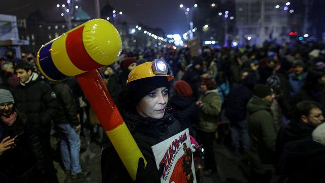 Protesty, které nařízení vyvolalo, byly největší od pádu režimu Nicolae Ceausesca v roce 1989.