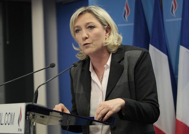 """Marine Le Penová již vícekrát nazvala Evropskou unii nezdařeným experimentem, který se musí skončit. """"Evropská Unie je mrtvá, ale ještě o tom nevědí. Je mrtvá v ekonomické oblasti, kde je ekonomický růst minimální, v sociální oblasti, kde roste bída a nezaměstnanost i v bezpečnostní oblasti, kde je evidentně vidět že Evropská Unie se nedokáže úspěšně bránit před islámským terorismem """"tvrdí Marine Le Penová."""