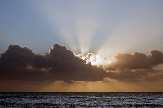Slunce není miliióny kilometrů daleko a tak obrovský, jak nám NASrAt ukazuje