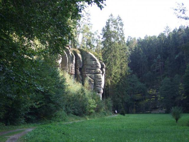 Kolem rybníků Vidlák a Věžák Středně náročný výlet (červený stupeň obtížnosti) vás zavede do krásné a klidné přírody v okolí českorajských rybníků, do Podtroseckých údolí.