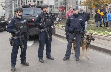 AMERICKÁ POLICIE (ILUSTRAČNÍ SNÍMEK). | FOTO: SHUTTERSTOCK SAN DIEGO Dva postřelené policisty si vyžádal noční incident v americkém San Diegu. Jeden svým zraněním posléze podlehl, druhého nyní operují, oznámila v pátek místní policie. Na tiskové konferenci to oznámila policie s tím, že okolnosti střelby zatím nejsou jasné. Policie krátce po činu zadržela jednoho podezřelého a po dalších možných útočnících stále pátrá.