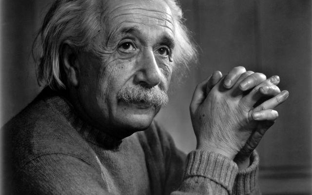 """Albert Einstein vydělal 11 milionů díky značkovým výrobkům zahrnujícím oblečení, plakáty a tablety designované izraelskou technologickou společností Fourier Systems. """"Einstein má až kultovní status zejména mezi 'vědecko-nerdskou' komunitou,"""" říká Kevin Connelly, ředitel úseku zastupování práv ve společnosti Corbis Entertainment, která zastupuje mrtvého génia."""
