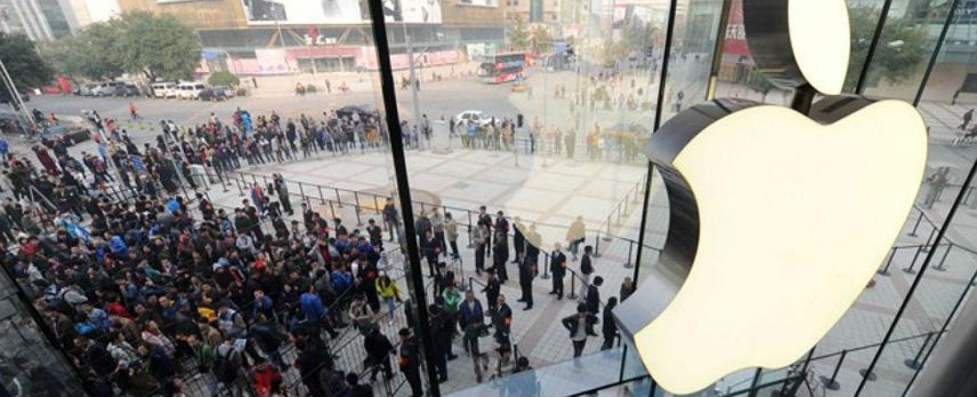 Apple jen tak něco nerozhodí. Ani to, když letos oznámil, že jeho stroj na úspěch se zasekl a tržby společnosti v prvním kvartálu roku 2016 poprvé poprvé po 13 letech nevykázaly rostoucí křivku. Kvůli nižším prodejům iPhonů – zejména v Číně – klesly tržby Applu o 13 procent. Hodnota jeho akcií se kvůli tomu ve srovnání s loňskem, kdy dosahovala svého maxima, propadla o 30 procent.