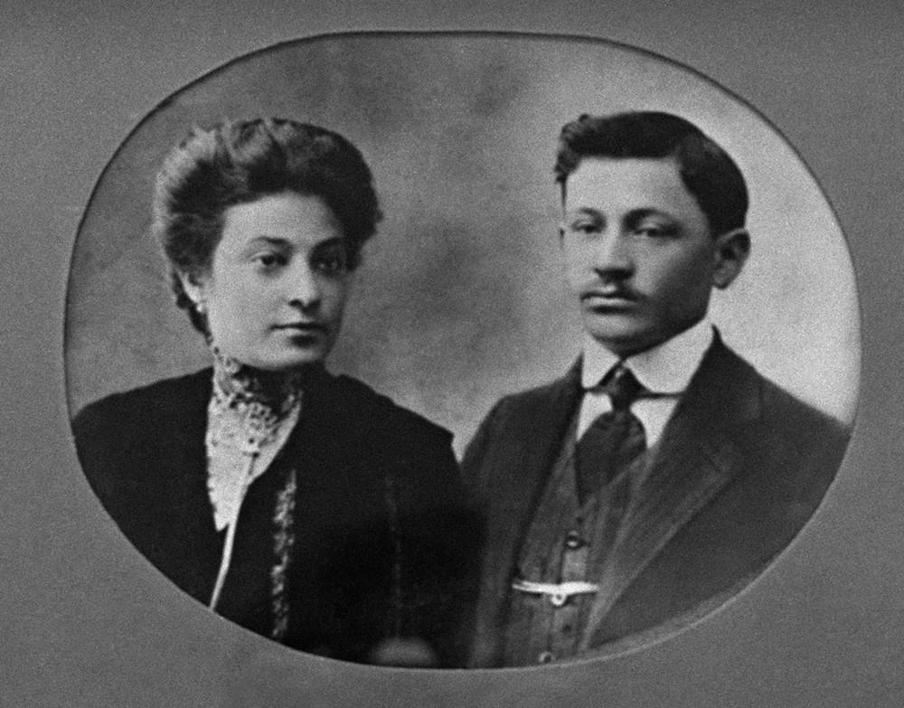 """Krátce po vpádu nacistických vojsk do SSSR byli přesunuti do ghetta, kde rukou esesáků všichni zemřeli. Ušetřena byla jen Faye, která měla díky fotografickému nadání pracovat pro nacisty. Kromě ní přežilo dalších pět lidí, mezi nimiž byl třeba tesař nebo krejčí. Dalších osmnáct stovek """"nepotřebných"""" Židů bylo hned po příchodu zavražděno…"""