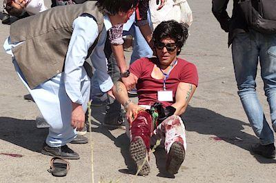 """FOTO: Omar Sobhani, Reuters """"Dva bojovníci IS odpálili výbušné opasky na shromáždění šíitů,"""" uvedl IS prostřednictvím své tiskové agentury. Od činu se naopak distancovalo hnutí Tálibán, což je jiné radikální uskupení působící v oblasti. Tálibán útok připsal """"nepřátelským kruhům"""" a označil ho za tragický."""