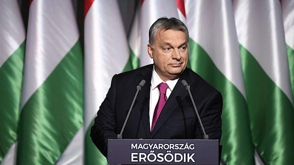 """V Bruselu a Berlíně tvrdili, že migraci není možné zastavit, ale Maďarsko to dokázalo, řekl v pátek večer maďarský premiér Viktor Orbán. """"Ochránili jsme Maďarsko i Evropu,"""" tvrdil Orbán v pravidelné hodnotící zprávě o stavu země. Předseda vlády také uvedl, že jeho země bude připravena přijmout jako uprchlíky původní obyvatele ze západní Evropy."""