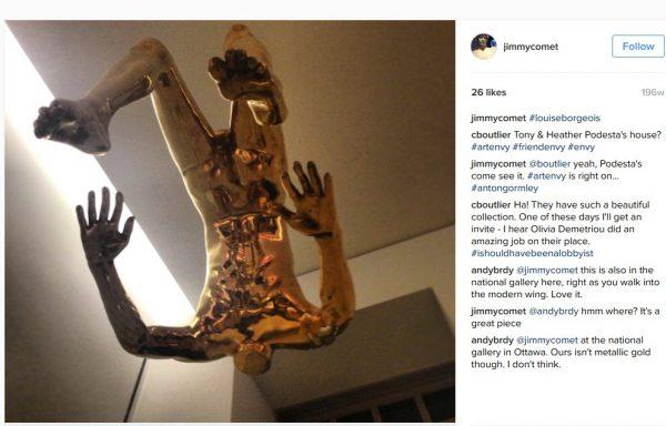 Skulptura bez hlavy nad schodištěm v domě Podestova bratra Tonyho.