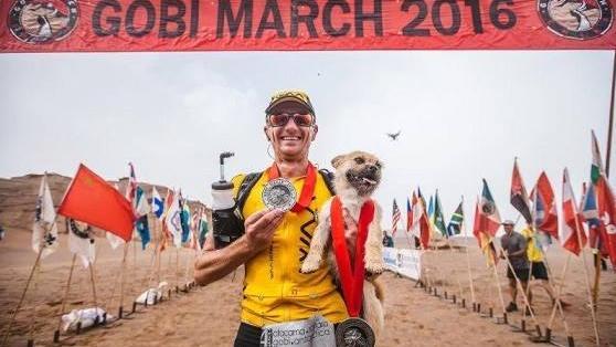 Účastník jednoho pouštního závodu získal nečekaného průvodce. Zatoulaný pes mu dělal doprovod po větší část etapového ultramaratónu na 250 kilometrů. Když se Australan Dion Leonard chystal na svůj odlet do Číny, netušil ještě, že při svém koníčku získá zanedlouho věrného čtyřnohého přítele.