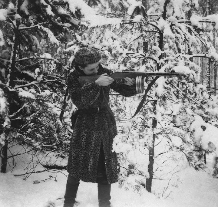 V Tarantinově Hanebných panchartech se setkáváme s mladou Židovkou, která se nacistům mstí za vyvraždění své rodiny. Podobné hrdinky najdeme i mezi skutečnými obětmi holokaustu. Jednou z nich je například polsko-běloruská fotografka Faye Schulman.