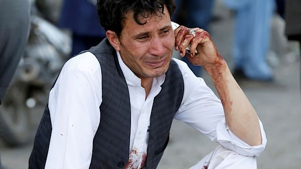 Nejméně 61 mrtvých a 207 zraněných si vyžádal sobotní sebevražedný atentát v Kábulu. Oznámilo to afghánské ministerstvo zdravotnictví. K odpovědnosti za útok na demonstraci menšinových Hazárů se přihlásila radikální organizace Islámský stát (IS).