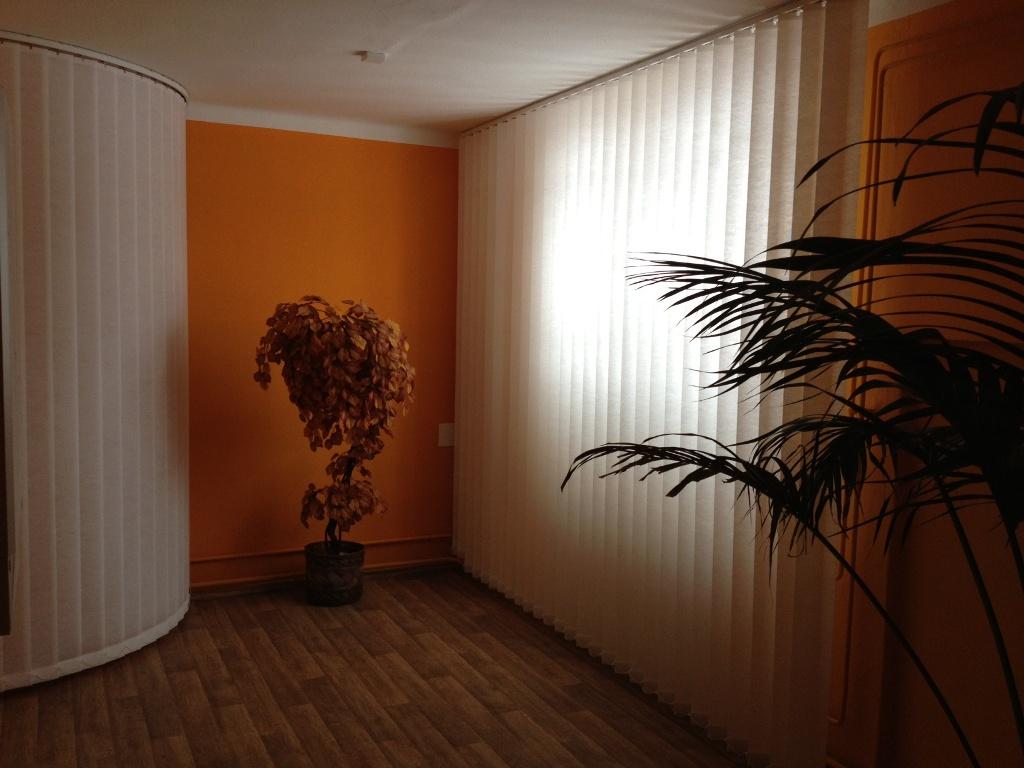 Optické rozdělení místnosti pomocí vertikální žaluzie