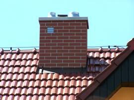 Rekonstrukce komínu při opravě střechy.