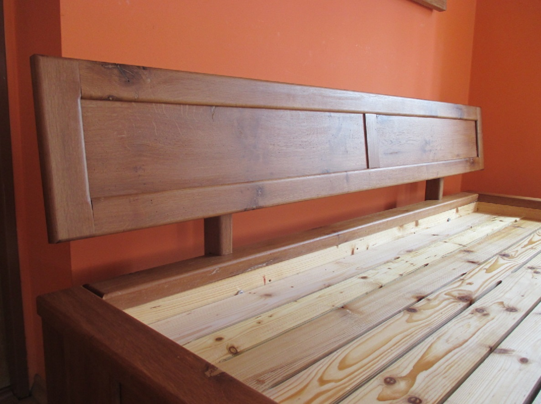 Masivní postel ze starého dřeva