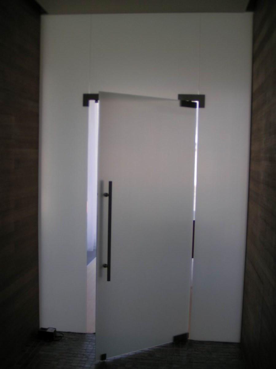 Jednokřídlé kyvné celoskleněné dveře