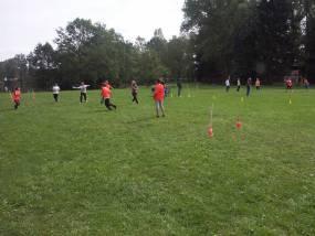 Hraní her na fotbalovém hřišti