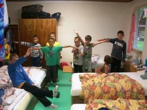 Děti v pokoji zděné budovy