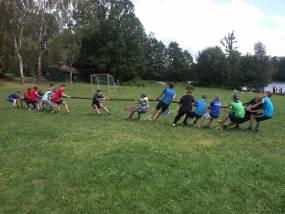 přetahování na fotbalovém hřišti