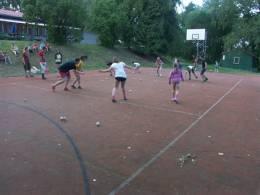 Hraní hry na basketbalovém hřišti
