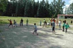 Děti hrají volejbal.