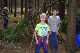 hraní her v lese